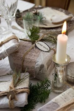 julebolig i vintagestil - wax paper wrapped with patterned paper or fabric, twine or lace, and greenery, small tags