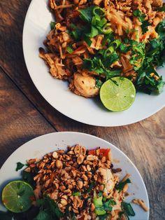 Unreal good Pad Thai with chicken, cilantro, lime, peanuts and egg// Everythingwithpumpkin LEKKERE Pad Thai met kip, koriander, limoen, pinda's en ei// everythingwithpumpkin