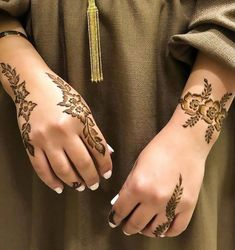 Best Beautiful Front and Back Hand Mehndi Designs For Bridal! Latest Henna Designs, Floral Henna Designs, Basic Mehndi Designs, Henna Tattoo Designs Simple, Finger Henna Designs, Back Hand Mehndi Designs, Indian Mehndi Designs, Henna Art Designs, Mehndi Design Pictures
