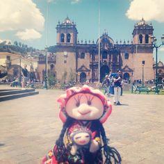 De paseo por una de las plazas más bonitas del mundo :) #Perú #peluches #pelucheando