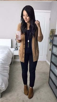 Timeless And Comfy Jean Outfits For Travelling - Work Outfits Women Casual Work Outfits, Mode Outfits, Work Casual, Jean Outfits, Chic Outfits, Black Jeans Outfit Winter, Classy Outfits, Casual Office, Gym Outfits