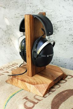 Small Wooden Projects, Scrap Wood Projects, Easy Woodworking Projects, Diy Projects, Diy Headphone Stand, Headphone Holder, Audio Stand, Headset Holder, Birthday Presents For Dad