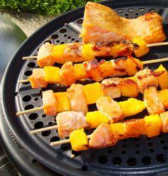 Je vous propose aujourd'hui une recette extra légère pour tous vos barbecue party. Ces brochettes, marinées sans huile, sont trés moelleuses grâce à l'ajout de citron vert. Cuites au barbecue ou au Cobb comme ici, elles prennent un petit goût fumé, extra...