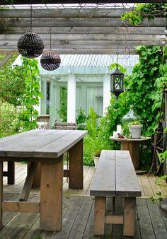 Pergola med armeringsnät på taket, bra till slingrande klätterväxter och praktiskt för upphängning av lyktor, lampslingor, amplar, med mera.