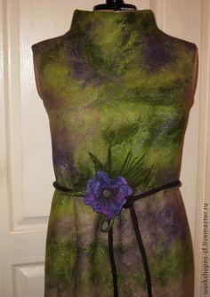 платье. Платье валяное из 100% мериносовой шерсти, с шелковыми волокнами Тусса. Выполнено в технике нуно-фелтинг, верхняя часть более плотная, а низ тоньше.  К платью прилагается брошь-цветок и поясок. Цвет броши на фото, к…