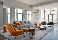 Il living della Minotti Penthouse all'interno del Carlyle. In primo piano della Prince Chair e Ottoman, e il tavolino/pouf Cesar di Rodolfo Dordoni