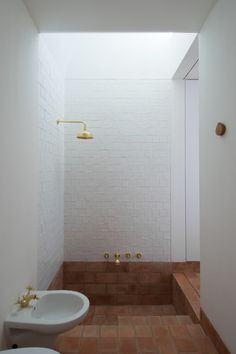 Home Decor Cozy Built-in recessed bathtub with terra cotta tiles in Casa Modesta in Portugal.Home Decor Cozy Built-in recessed bathtub with terra cotta tiles in Casa Modesta in Portugal Bathroom Interior, Modern Bathroom, Small Bathroom, Budget Bathroom, Bathroom Ideas, Master Bathroom, Bathtub Ideas, Neutral Bathroom, Bathroom Vanities