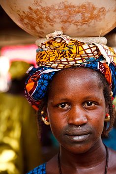 Africa | A Peul (Fulani) woman balancing a calabash on her head at Djenne Monday market.  Djenne, Mopti, Mali | © Kimberley Coole