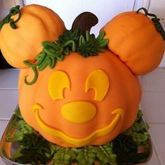 Image via Mickey Mouse Birthday Cakes and cupcakes Image via Disney Halloween Wedding Cakes to Sink Your Teeth Into Image via Mickey Mouse cake Image via Minnie and Mickey Disney Halloween, Scary Halloween Cakes, Dulces Halloween, Bolo Halloween, Halloween Wedding Cakes, Dessert Halloween, Mickey Mouse Halloween, Halloween Birthday, Halloween Pumpkins