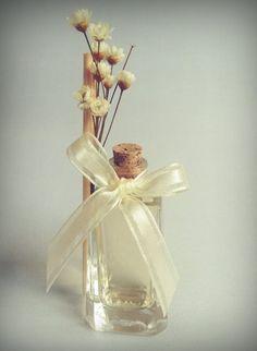 Aromatizador de 25 ml em vidro, com rolha, (utilizado para perfumar a casa, exalando nos ambientes) opção ideal para presentear os convidados de seu evento!  Inclui: embalagem de celofane, flores secas, varetas, tag personalizado na cor/tema que desejar (escolha entre 3 opções) e laço trabalhado. Saquinho de Organza à parte: R$ 1,00 a unidade. Importante: Nossos aromatizadores contém fixador na fórmula, certificando que o cheirinho permaneça até o final!  Essências:  Bamboo Maria Filó ...