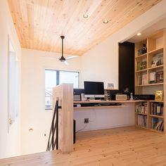 女性で、の勾配天井/フリースペース/無垢の床/吹抜けのあるリビング/zerocube/ゼロキューブマリブ…などについてのインテリア実例を紹介。「階段を上がったすぐ横、廊下部分?にパソコンコーナーを設けました。 本来2階は3部屋でしたが、階段を上がった正面の部屋だけ壁を作らずフリースペース(畳)に。 吹き抜けも少し小さくして、廊下を広くしたことで、人が通っても邪魔にならない位置にあります。」(この写真は 2017-01-29 07:03:34 に共有されました)
