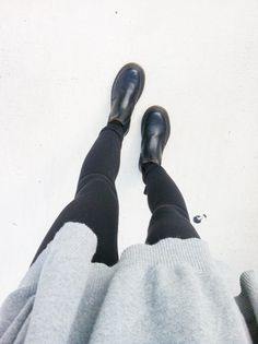 Chelsea boots and black leggins. Mode Chic, Mode Style, Urban Chic, Dr. Martens, Looks Style, Style Me, Sweat Gris, Outfit Invierno, Mode Outfits