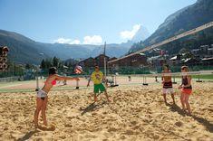 Faszinierender Anblick in Zermatt: Beach Volleyball spielen, im Anblick des Matterhorns. Zermatt, Beach Volleyball, Mountains, Nature, Sports, Travel, Alps, Playing Games, Switzerland