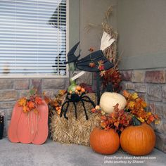 Easy way to transition your autumn decorated porch to Halloween! #porch