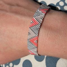 loom beading for beginners Loom Bracelet Patterns, Bead Loom Patterns, Peyote Patterns, Jewelry Patterns, Beading Patterns, Seed Bead Bracelets, Seed Bead Jewelry, Bead Jewellery, Beaded Jewelry
