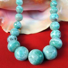 Larimarový náhrdelník extra velké korály Tento masivní a originální náhrdelník je vytvořen z ručně broušených a leštěných korálů z drahého kamene larimar z Dominikánské republiky. Každý korálek je jiný, má svou úžasnou kresbu a je neopakovatelný. Celý náhrdelník má 27 korálů, nejmenší má průměr 1,5 cm, největší uprostřed má průměr 3 cm. Korály jsou ...