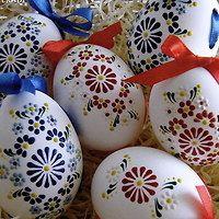 s mašlí, aby se našly. Egg Crafts, Easter Crafts, Diy And Crafts, Arts And Crafts, Paint Drop, Easter Egg Designs, Faberge Eggs, Art Carved, Egg Art