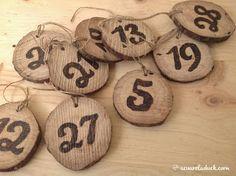 Detalles de una boda: Meseros en madera. Discos de madera con números.