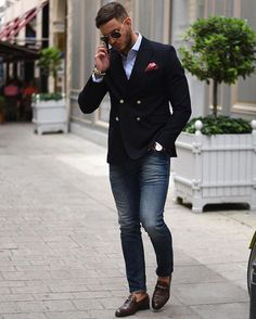 Business casual inspiration with brown horse bit loafers no show socks skinny jeans light blue button up shirt navy double breasted blazer patterned silk pocket square sunglasses Mode Masculine, Casual Blazer, Men Casual, Smart Casual, Blazer With Jeans, Herren Style, Elegantes Outfit, Herren Outfit, Fashion Mode