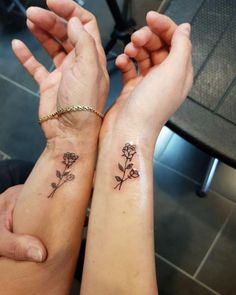 ▷ Ideas and Inspirations for Siblings Tattoo Moti .- ▷ 1001 + Ideen und Inspirationen für Geschwister Tattoo Motive small tattoos woman and man, same tattoos, two roses, golden bangles, flowers on the wrist - Tiny Tattoos For Girls, Tattoos For Daughters, Little Tattoos, Wrist Tattoos For Women, Mother Daughter Tattoos, Tattoo Girls, Small Dope Tattoos, Small Tattoos On Wrist, Small Feminine Tattoos