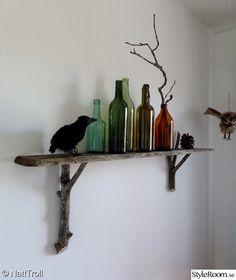 hylla,väggylla,kök,kökshylla,kråka,crow,prydnadsfågel,uggla,svartfågel,trä,naturmaterial,skog,grenar,gammalt,hemmabygge,återbruk,glasflaskor,flaskor,loppisfynd,gamlaflaskor,glasflaska