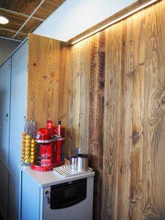 Altholz Vertäfelung Büro. Verwendet wurde sonnenverbrannte Altholz Schalung. In Szene gesetzt mit indirektem LED!   #altholz #woodart #steger #holzkunst #wood #oldwood #sunburned #sonnenverbrannt #idee #alholzidee #büroidee #office #interior #bürogestaltungaltholz #interiordesign Bureau Design, Decoration Design, Interiordesign, Office, Divider, Loft, Furniture, Home Decor, Home Office