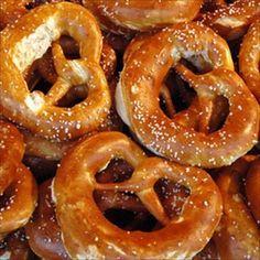 Brezel, un tipico pane bavarese, servito spesso all' Oktoberfest e nei Volksfest.