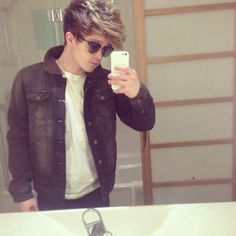 Connor ball from the vamps such a cutie Will Simpson, Brad Simpson, Meet The Vamps, Evan And Connor, British Boys, No Me Importa, Boy Bands, Cool Hairstyles, Singer