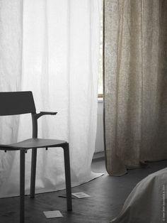 Blanda våder av AINA gardiner i vitt och beige, och låt dem släpa i golvet en aning för en avslappnad svepande stil, JANINGE grå karmstol.