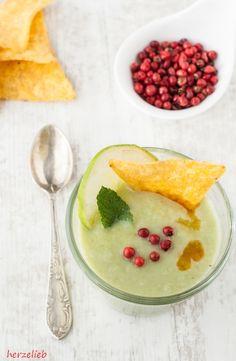 Avocado Suppe - für das Rezept braucht ihr Avocado, Erbsen, Zwiebel, Äpfel, Kartoffel. Die Avocadosuppe kann kalt oder heiß gegessen werden.