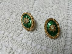 Avon Holiday Hues Green and Gold Tone Pierced earrings Mint Condition  1990