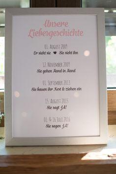 Die Liebesgeschichte von Braut und Bräutigam als Schild bei der Hochzeit. Foto: Jennifer & Thorsten Photography