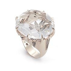 As joias da linha Moonlight trazem quartzos luminosos, incolores ou em tons pastel, fazendo uma alusão à beleza inebriante da luz do luar. As pedras, em tamanhos variados, têm formas orgânicas e lapidação antique que lembra o corte de alguns diamantes antigos. Sua base de ouro ressalta os diamantes cravados em uma estrela de múltiplas pontas em estilo Vitoriano como assinatura. São joias discretas e sofisticadas.