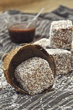 """Δυο χώρες, η Αυστραλία από τη μία και η Νέα Ζηλανδία από την άλλη, βρίσκονται σε αντιπαράθεση για το ποια δημιούργησε πρώτη τα lamingtons. Ολόκληρο βιβλίο, """"The Lamington Enigma"""", 280 σελίδων και 7… Greek Desserts, Greek Recipes, Desert Recipes, Chocolate Avocado Cake, Vegan Chocolate, Think Food, Brownie Cake, Brownies, Cooking Time"""
