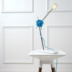 Дизайнеры из бюро Vitamin представили креативную светодиодную настольную лампу в виде пряжи. Теперь вязальные спицы и клубок ниток можно использовать не только для создания теплых свитеров на зиму.