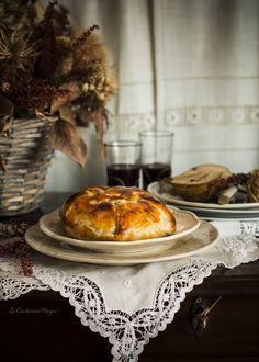 Hojaldre relleno de Camembert con peras y avellanas caramelizadas