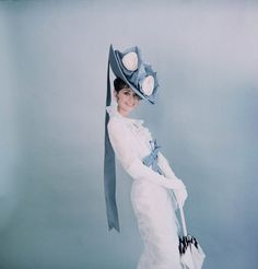 Actress Audrey Hepburn wearing costume designed by Cecil Beaton for the Broadway musical 'My Fair Lady'. (Photo by Cecil Beaton) Costume Audrey Hepburn, Audrey Hepburn Mode, Audrey Hepburn Photos, My Fair Lady, Twiggy, Divas, Magazine Vogue, Pin Up, Eliza Doolittle