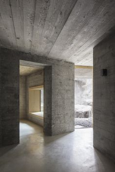 Flimserstein in Dämmbeton - Mehrgenerationenhaus von Atelier Strut arquitectura y diseño de arquitectura universidades bedroom ideas decorations gear design tree ideas sketches Art Et Architecture, Concrete Architecture, Minimalist Architecture, Ancient Architecture, Sustainable Architecture, Concrete Interiors, Tadelakt, Concrete Houses, Brutalist