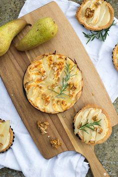 Herzhafte Birnentartelettes mit Ziegenkäse - ein leckere Rezept fürs Spätsommerpicknick das genauso gut zu kuscheligen Herbstabenden passt!