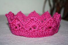 Crochet crown headbands for baby girls Crochet Crown, Cute Crochet, Crochet For Kids, Crochet Crafts, Yarn Crafts, Hand Crochet, Crochet Toys, Crochet Baby, Crochet Projects