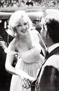 vintagegal:  Marilyn Monroe at Rockefeller Center, 1957