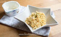 Deze eiersalade is lekker smeuïg gemaakt met Hüttenkäse in plaats van mayonaise. Hij bevat daarom weinig vet en koolhydraten, maar zit boordevol smaak!