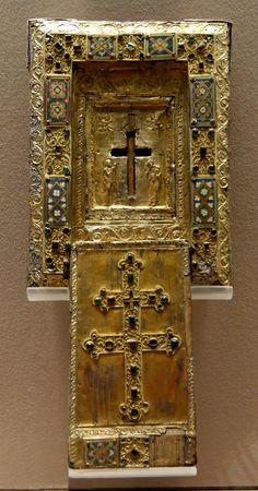 Tableau-reliquaire (staurothèque) de la VRAIE CROIX et couvercle à glissière. Reliquaire de Byzance, XIe siècle, Musée du Louvre. Le nom de « Vraie Croix » a été donné à un ensemble de reliques remontant à la croix découverte par sainte Hélène au début du IVe siècle. Découpé en plusieurs fragments et dispersé entre plusieurs sanctuaires chrétiens.