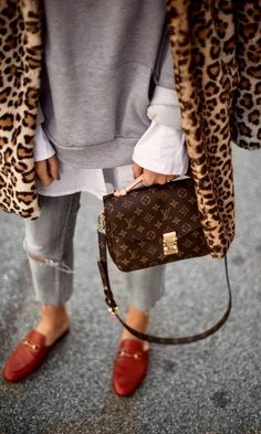 - Sandra Ebert von black palms trägt Leo Mantel, Gucci Princetown Slipper und Louis Vuitton Pochette Métis Streetstyle Source by jesskeys - Looks Street Style, Looks Style, My Style, Fashion Mode, Moda Fashion, 50 Fashion, Street Fashion, Fashion Bloggers, Color Fashion