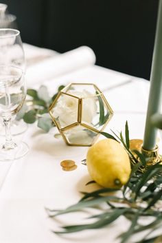 Gold, Gelb, Salbei - moderne Tischdekoration für Eure Hochzeit - Fräulein K. Sagt Ja Hochzeitsblog Wedding Table, Our Wedding, Dream Wedding, Wedding Decorations, Table Decorations, Yellow Wedding, Table Settings, Wedding Inspiration, Heidi Klum