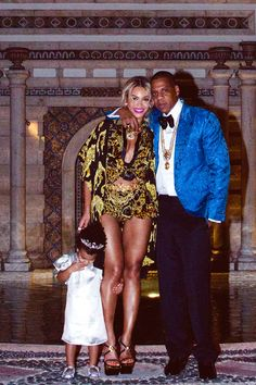 Beyonce shares some personal photos from her New Year's Eve with Jay Z and Blue Ivy, as well as Blue Ivy's birthday. Beyonce and Jay Z like to keep their. Beyonce 2013, Rihanna, Beyonce Et Jay Z, Beyonce Knowles, Blue Ivy Carter, Destiny's Child, Divas, Rachel Mcadams, Ballet Dancers