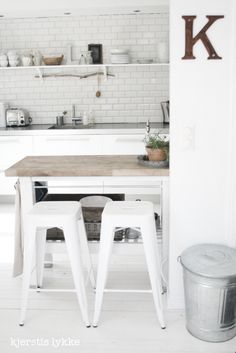 Small kitchen with dining area, white floor, white Tolix stools. Kitchen Stools, Ikea Kitchen, Kitchen Flooring, Kitchen Dining, Kitchen White, Kitchen Island, Ikea Island, Dining Area, Cozinha Shabby Chic
