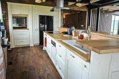 Kuchyně z masivu smrková patina Provence, drásaný povrch Madla kombinace starostříbro a porcelán Pracovní deska dub