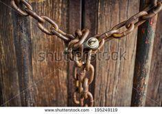 """""""Era chuisa con una con una catena ma il lucchetto, magiato dalla ruggine, era aperto. pg 28"""