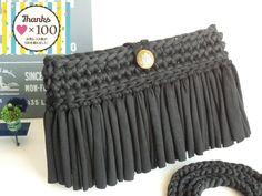 ご覧いただきありがとうございます。 大人気のズパゲッティにフリンジを編み込んだショルダーバッグです。 季節を問わずどんなお洋服にも合うように編みました。 長財布、スマホ、鍵だけを入れるショルダーバッグ欲しいという方には最適です。ショルダーを外してバッグイ...